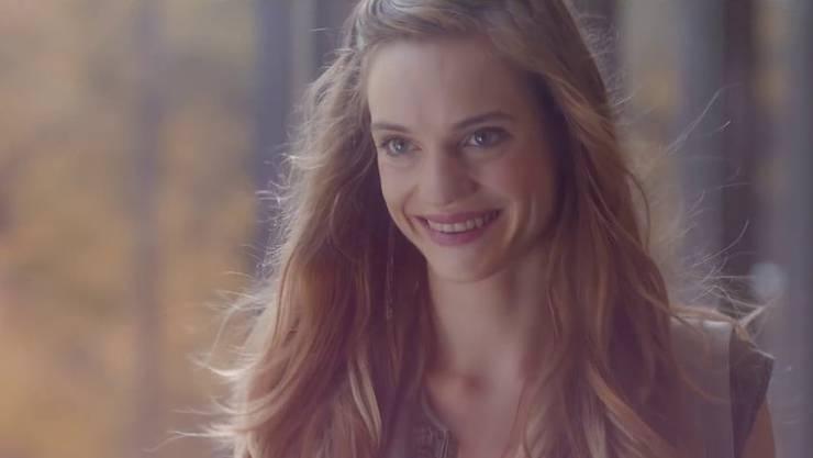 Die Schöne (Noémie Schmidt) ist ein bisschen ein Biest. Aber wirklich schön.