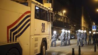 Anhänger und Gegner des türkischen Präsidenten geraten vor dem Konsulat in Brüssel aneinander.