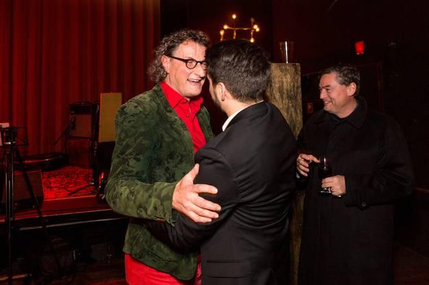 Abschiedsfeier von Stadtammann Geri Müller im ehemaligen Kino Royal in Baden. Im Bild: SP-Nationalrat Cédric Wermuth gratuliert Geri Müller.