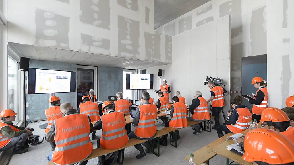 Der Baukonzern Implenia macht seine fünf Bündner Standorte bis auf eine kleine Ausnahme dicht. Betroffen sind 150 Arbeitnehmer, etwa Bauarbeiter, Lageristen und Büroangestellte. (Themenbild)