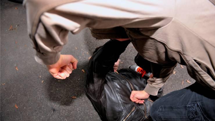 Der Jugendliche wurde von mehreren Unbekannten unvermittelt angegriffen und verletzt. (Symbolbild)