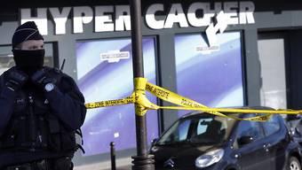 Ein Polizist vor dem angegriffenen koscheren Supermarkt im Januar 2015. (Archiv)