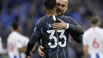 Pep Guardiola umarmt seinen Torschützen Gabriel Jesus