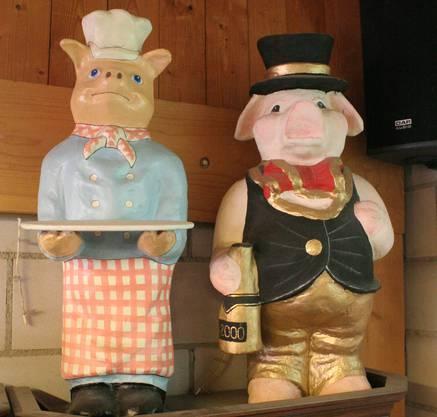 Über den Gästen wachen in der «Säulikantine» Unmengen von Schweinen.