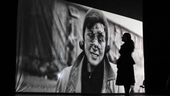 Die Erinnerung an den Holocaust verblasst: Eine Frau betrachtet das Bild einer KZ-Inhaftierten.