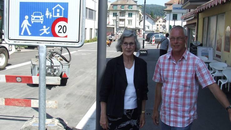 Das Schild zeigt: hier herrschen andere Spielregeln. Gemeindepräsidentin Irene Enderli und Jörg Wiedenmann, Leiter der Tiefbauabteilung, vor dem Zugang zur Begegnungszone beim Bahnhofplatz in Affoltern. (Bild Thomas Stöckli)