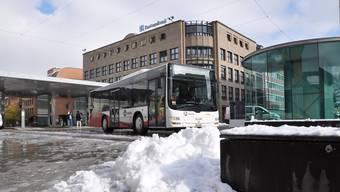 Die Schneehügel an den Haltestellen machen den Chauffeuren zu schaffen. (Archivbild)