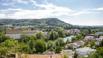 Die Spinnerei (links im Bild) ist eines der Gebäude, die das Ortsbild von Turgi prägen.