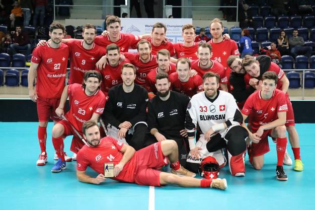 Die Schweizer Nati posiert nach der geschafften WM-Qualifikation für ein Gruppenbild.