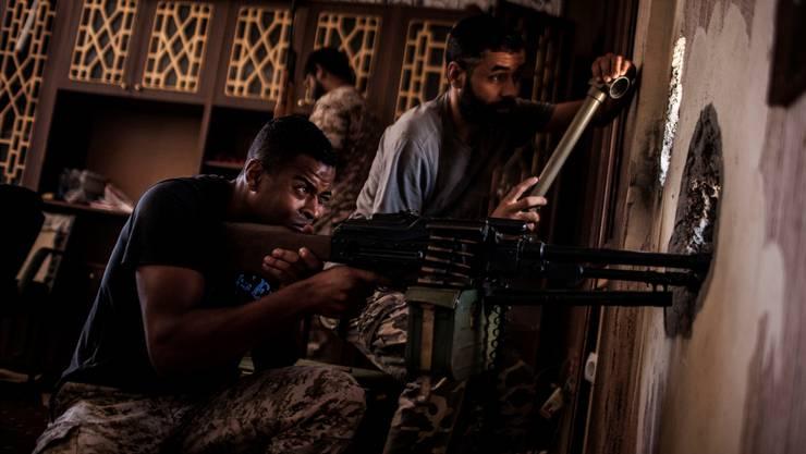 Kämpfer der Einheitsregierung in Tripolis nehmen in Sirte Gegner der Ost-Armee ins Visier. Manu Brabo/keystone