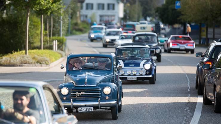 Der Korso durchs Dorf beendet das 6. Oldtimertreffen Schafisheim.