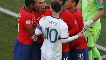 Nach diesem Gerangel mit Gary Medel sieht Lionel Messi (wie der Chilene auch) die Rote Karte