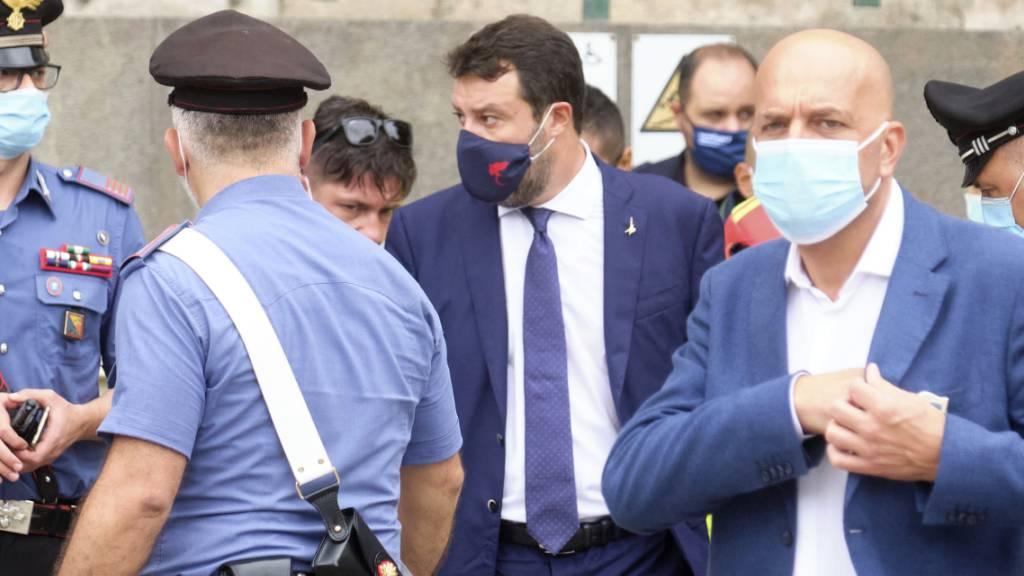 Matteo Salvini (M), ehemaliger Innenminister von Italien, trägt einen Mund-Nasen-Schutz und verlässt nach den Verhandlungen das Gericht. Foto: Mauro Scrobogna/LaPresse/dpa