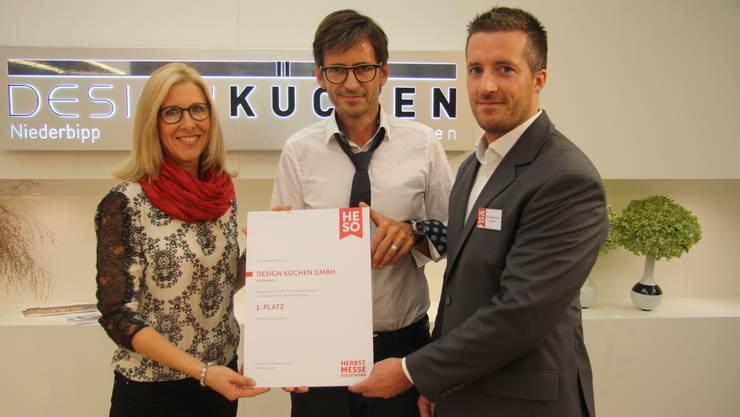 Die Gewinner Elisabeth und Theo Zbären mit dem HESO-OK-Präsident Urs Unterlerchner.