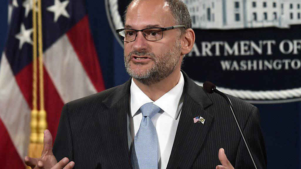 Der geschäftsführende Leiter der US-Bundesgefängnisbehörde, Hugh Hurwitz, muss seinen Posten nach dem Suizid des Unternehmers Jeffrey Epstein abgeben. Die Behörde soll demnach künftig von Kathleen Hawk Sawyer geleitet werden.