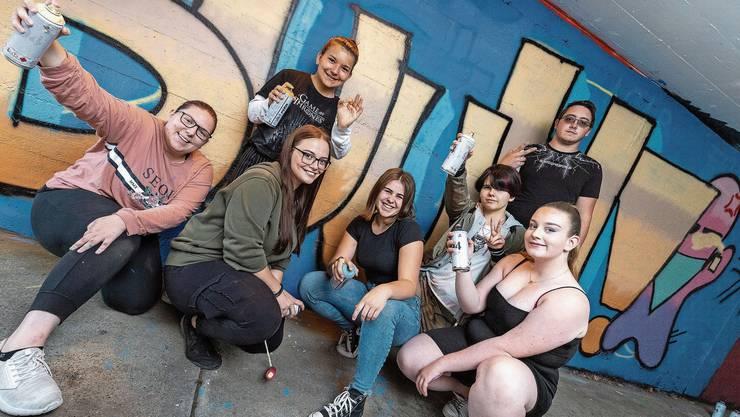 Wie so vieles stand im Lockdown auch der Thaler Jugendtreff still. Die Thaler Jugendlichen posieren vor einem ihrer entworfenen Graffiti.