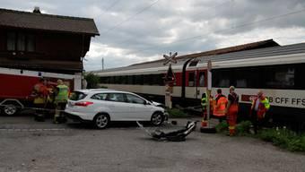 Ein Intercityzug ist am Sonntagnachmittag bei der Ausfahrt aus dem Bahnhof Leissigen auf einem unbewachten Bahnübergang in ein Auto gefahren.