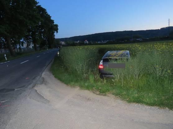 Der VW Polo, der die Bremsmanöver durchgeführt haben soll fuhr davon – zurück blieb der Toyota im Rapsfeld