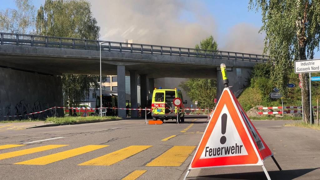 Die Feuerwehr ist zusammen mit der Kantonspolizei Zürich sowie mit Baustatikern vor Ort.
