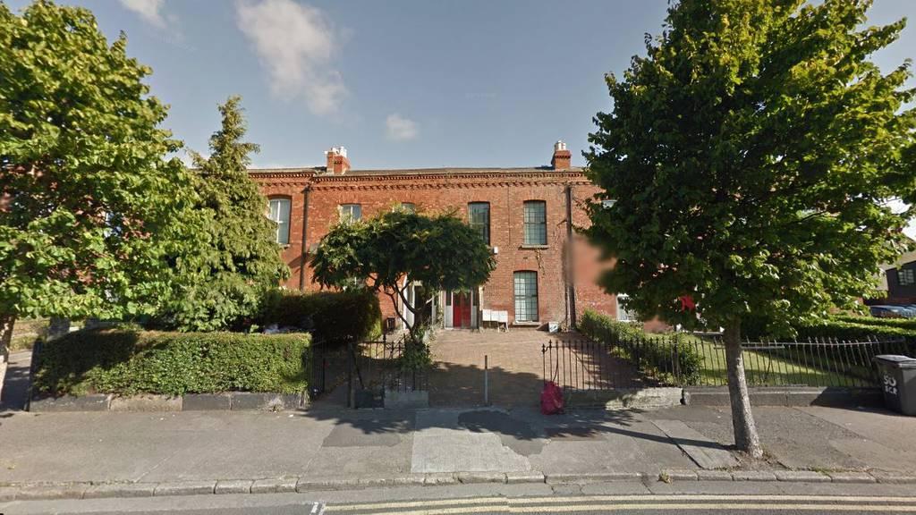 Vor diesem Haus wurde der schwer verletze Schweizer gefunden.