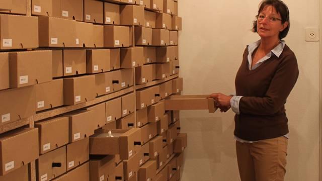 Dora Müller hofft, dass die Kartonschubladen von vielen interessierten Besuchern aufgezogen werden.gil