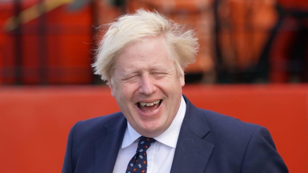 Premier Boris Johnson zeigt sich bei einem Besuch in Schottland gut gelaunt.