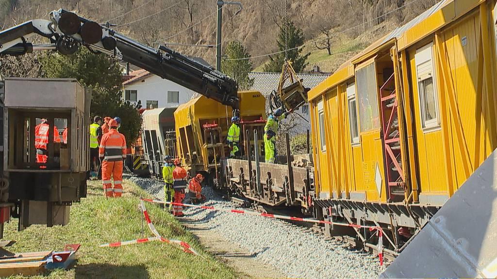 Heftige Kollision zweier Bauzüge – Strecke unterbrochen