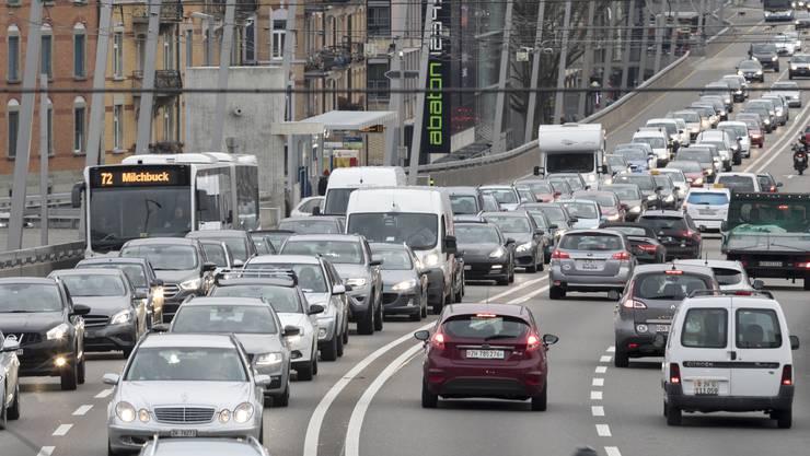 Auto an Auto staut sich auf der Zürcher Hardbrücke: Dank eines guten Filters lässt sich gemäss Empa der Partikelausstoss reduzieren.