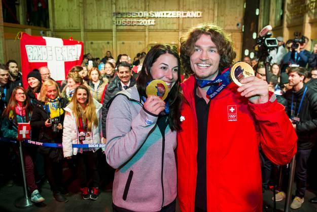 Dominique Gisin und Iouri Podladtchikov posieren mit Goldmedaille