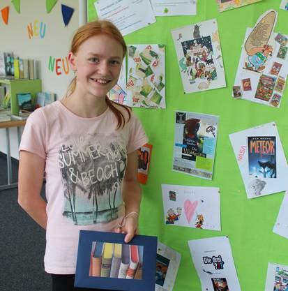Cornelia Beer, Gewinnerin des Hauptpreises vor den eingereichten Arbeiten.