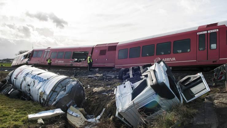 Der Zug prallte bei einem unbeschrankten Bahnübergang mit dem Milchlastwagen zusammen.