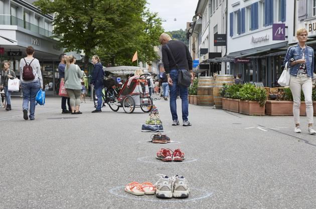 Der Verein Netzwerk Asyl hat am Samstag in Aarau und Baden 500 Paar Schuhe aufgestellt. Sie stehen symbolisch für 500 geflüchtete Menschen.