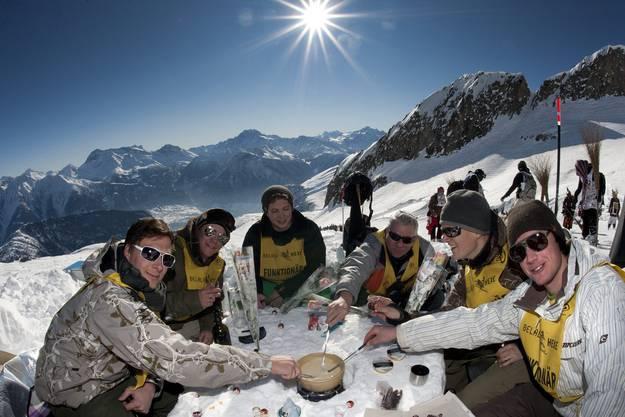 Sie hatten Party in Belalp - Nebst Skifahren war auch ein Fondue angesagt