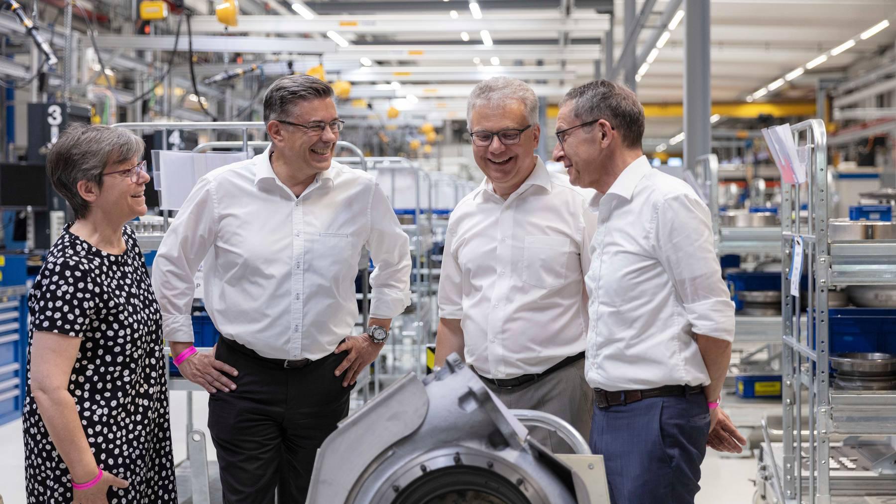 Der Aargauer Volkswirtschaftsdirektor Urs Hofmann (rechts) 1999 beim Besuch der Turbolader-Fabrik mit Vertretern des Badener Stadtrates.