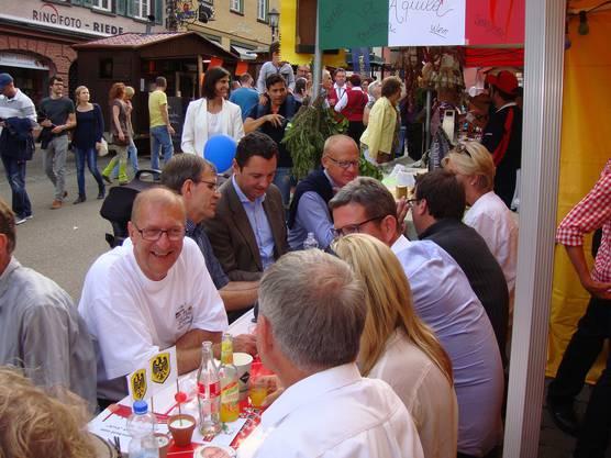 Ehemalige und amtierende Brugger Stadträte geniessen den Festbetrieb in Rottweil