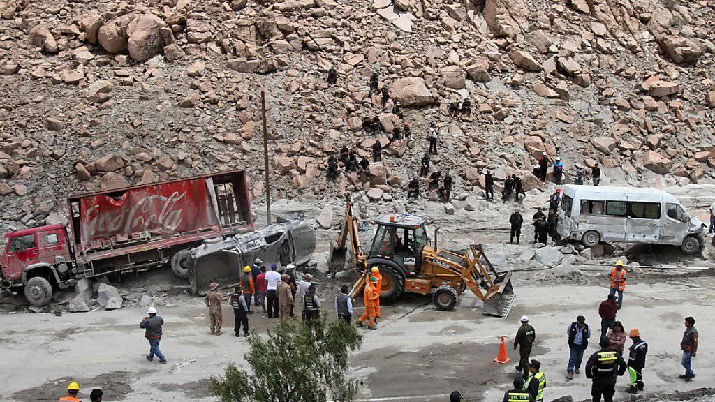 Ein Erdrutsch verschüttete die Strassen, welche die peruanische Region Arequipa mit der Hauptstadt Lima verbindet. Mehrere Fahrzeuge wurden getroffen.