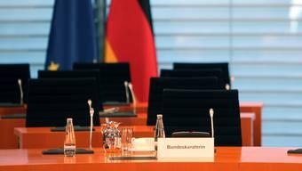 Der Platz der Bundeskanzlerin bleibt leer. Angela Merkel muss Home Office machen, weil sie Kontakt zu einem Corona-positiv-Getesteten hatte. Es war ein Arzt, der sie gegen Pneumokokken impfte.