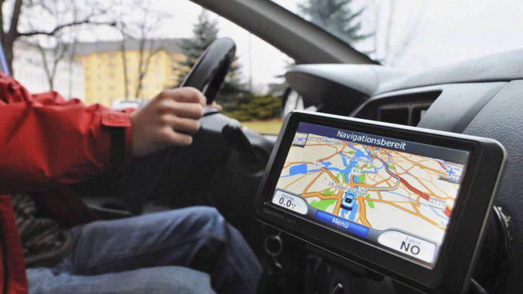 Die bfu rät, das Navigationsgerät vor der Fahrt zu programmieren. (Symbolbild)