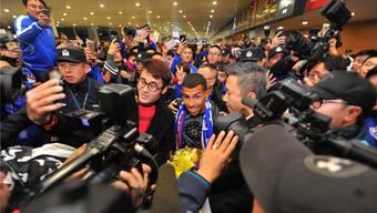 Empfangen wie ein Pop-Star: Der Argentinier Carlos Tevez wechselte für 40 Millionen Euro Ablöse von den Boca Juniors zu Schanghai Shenhua. Sein Jahreslohn: Ebenfalls 40 Millionen Euro oder 770000 Euro pro Woche.