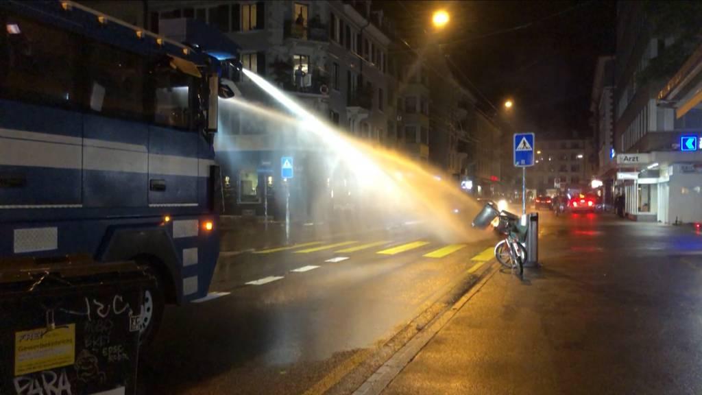 Krawalle in der Nacht - Polizei setzt Wasserwerfer ein
