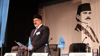 Tataren-Führer Refat Tschubarow hält eine Rede auf dem Kongress.