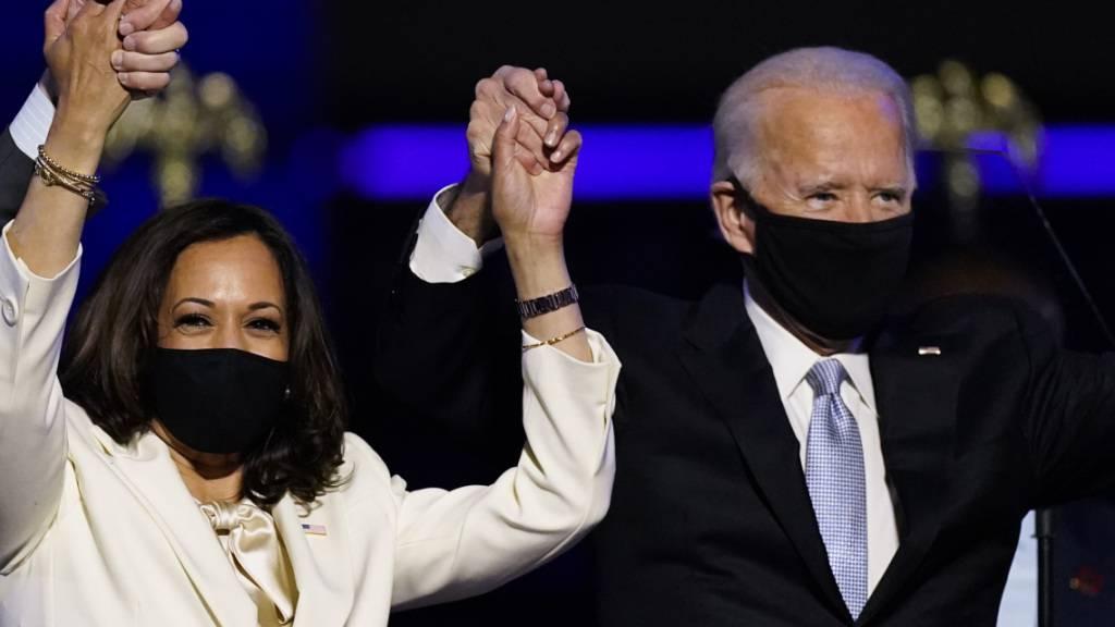 ARCHIV - Joe Biden, Gewählter Präsident der USA (President Elect), und Kamala Harris, Gewählte Vizepräsidentin der USA («Vicepresident Elect»), stehen im Rahmen einer Ansprache auf der Bühne und tragen Mund-Nasen-Schutz. Der gewählte US-Präsident Joe Biden und die gewählte Vizepräsidentin Kamala Harris sind vom «Time Magazine» zu den Personen des Jahres gekürt worden. Foto: Andrew Harnik/AP/dpa