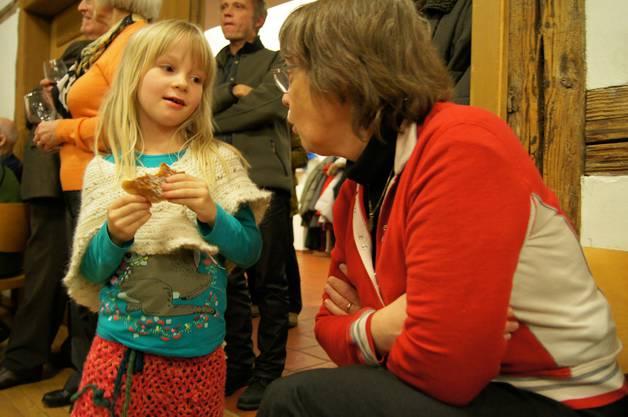 Erica Brühlmann-Jecklin im Gespraech mit der siebenjahrigen Judith Wildermuth.