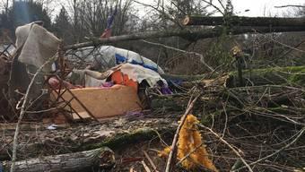 Der heftige Sturm, der am Donnerstagmorgen über die Schweiz hinweggefegt ist, hat ein Todesopfer gefordert. In Riehen BS wurde eine Frau von einem entwurzelten Baum erschlagen.