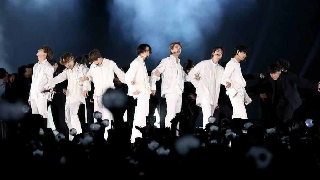 Die südkoreanische Boyband BTS tritt während eines Konzerts im King Fahd International Stadion auf. (Archivbild)
