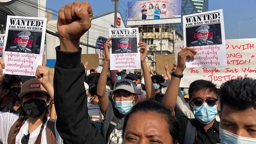dpatopbilder - Demonstranten nehmen an einem Protestmarsch teil. Myanmar hat sich auf neue Proteste gegen den Militärputsch vorbereitet. Gleichzeitig riefen prominente Aktivisten zu einem landesweiten Generalstreik auf. Foto: Uncredited/AP/dpa