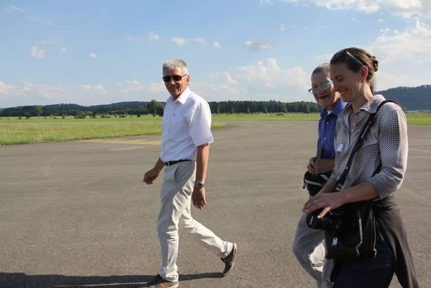 Pilot Heinz Wyss führt Hospiz-Patient Peter Kobert und seine freiwillige Begleiterin Daniela Zumsteg zum Flugzeug.