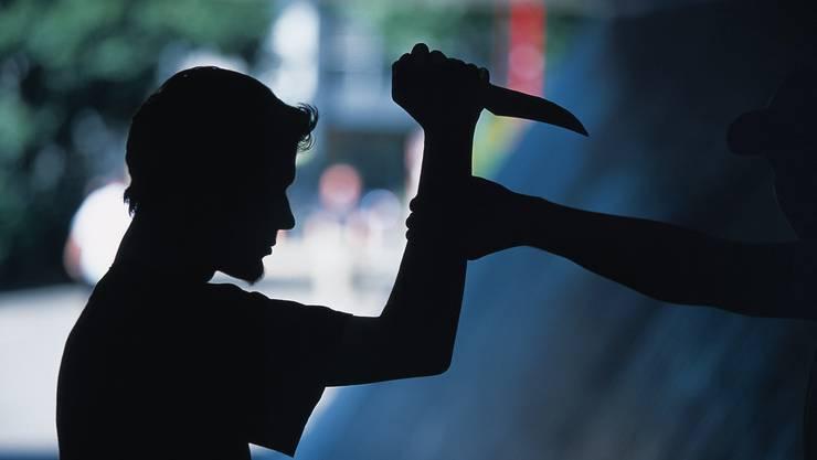 Bei der Auseinandersetzung erlitten zwei Männer Schnittwunden. (Symbolbild)