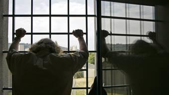 Die Haftstrafe hat der verurteilte Mörder abgesessen, trotzdem wird er vorläufig nicht in Freiheit entlassen. (Symbolbild)