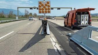 Nach beiden Seiten schwenkbare Leitplanken, um Verkehrsüberleitungen zu ermöglichen.